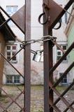 Cancello arrugginito Locked fotografia stock libera da diritti