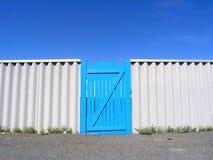 Cancello blu a cielo Fotografia Stock Libera da Diritti