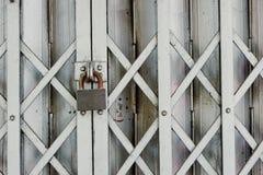 Cancello d'acciaio con la serratura chiave Immagine Stock