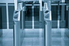 Cancello del biglietto nella stazione ferroviaria fotografie stock libere da diritti