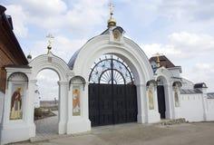 Cancello dell'entrata al monastero di Spaso-Vorotinsky Fotografia Stock