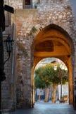 Cancello della città ad alba, Taormina, Sicilia immagine stock
