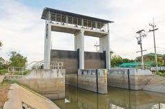 Cancello della diga e dell'acqua in un canale di irrigazione fotografia stock libera da diritti