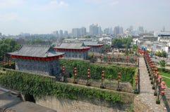 Cancello dello Zhonghua e orizzonte di Nanjing, Cina Immagine Stock