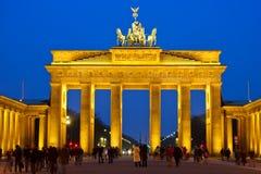 Cancello di Brandeburgo alla notte immagini stock libere da diritti