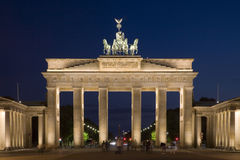 Cancello di Brandeburgo a Berlino illuminata dopo crepuscolo fotografie stock