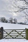 Cancello di legno dell'azienda agricola in inverno Immagine Stock Libera da Diritti