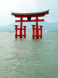 Cancello di Torii fuori di Miyajima Immagini Stock
