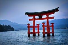 Cancello di Torii a Miyajima, vicino Fotografie Stock
