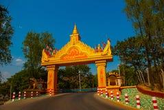 Cancello dorato dalla strada Sagaing, Myanmar immagine stock
