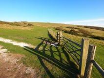 Cancello e rete fissa di legno sulle colline Immagini Stock Libere da Diritti