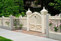 Cancello e rete fissa eleganti sull'entrata della casa fotografie stock libere da diritti