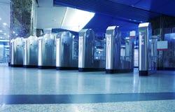 Cancello girevole su una stazione di metro immagini stock
