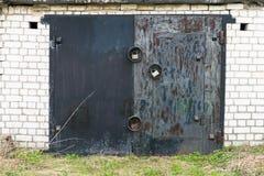Cancello nero del garage del metallo con tre grandi serrature Fotografia Stock