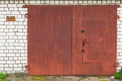 Cancello rosso invecchiato del garage del metallo Fotografia Stock