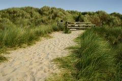 Cancello sulle dune fotografia stock