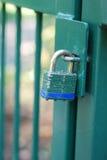 Cancello verde e serratura basata blu fotografie stock libere da diritti