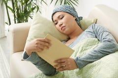 Canceröverlevandeläsebok arkivbilder