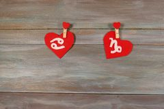 Cancer et Capricorne signes du zodiaque et de coeur Dos en bois Image libre de droits