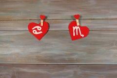 Cancer et scorpion signes du zodiaque et de coeur backg en bois Photos stock