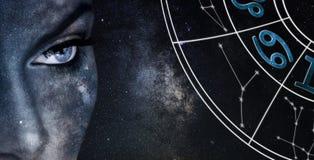 Cancerhoroskoptecken Bakgrund för himmel för astrologikvinnanatt royaltyfri bild