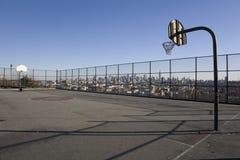 Cancha de básquet con el fondo de Manhattan foto de archivo libre de regalías