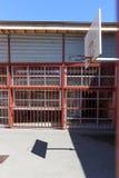 Cancha de básquet rodeada por las barras de metal en ciudad Imagen de archivo