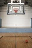 Cancha de básquet y bola Foto de archivo