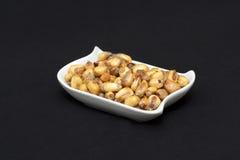 Canchita peruan stekt havreaptitretare (som tjänas som med ceviche, etc.) arkivfoton