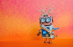 Canción del canto del micrófono del robot Diseño del cartel del funcionamiento de la conferencia de la música Juguete sonriente d fotos de archivo libres de regalías