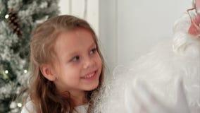 Canción linda de la Navidad del canto de la niña así como Santa Claus metrajes