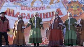 Canción popular rusa del conjunto del concierto durante el día de fiesta ruso Maslenitsa