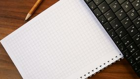 Canciller?a en una tabla de madera: un l?piz, paperclips, cuaderno, teclado Oficina o escuela, d?a del conocimiento, el primer de almacen de metraje de vídeo