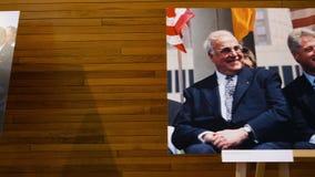 Canciller Helmut Kohl y presidente de Bill Clinton los E.E.U.U., Francois Mitterrand y Angela Merkel almacen de video