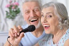 Canciones mayores del canto del marido y de la esposa de los pares foto de archivo