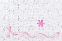 Cancro al seno rosa dei pezzi di puzzle e del nastro Immagine Stock