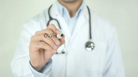 Cancro ovarico, il dottore Writing sullo schermo trasparente archivi video