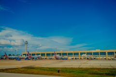 CANCUN, ΜΕΞΙΚΌ - 12 ΝΟΕΜΒΡΊΟΥ 2017: Υπαίθρια άποψη των αεροπλάνων στο διάδρομο του διεθνούς αερολιμένα Cancun στο Μεξικό Στοκ φωτογραφίες με δικαίωμα ελεύθερης χρήσης