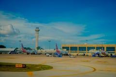 CANCUN, ΜΕΞΙΚΌ - 12 ΝΟΕΜΒΡΊΟΥ 2017: Όμορφη υπαίθρια άποψη των αεροπλάνων στο διάδρομο του διεθνούς αερολιμένα Cancun μέσα Στοκ εικόνα με δικαίωμα ελεύθερης χρήσης