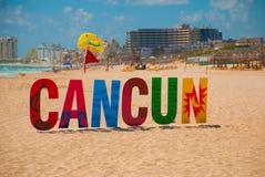 Cancun, Мексика, надпись перед пляжем Playa Delfines Огромные письма имени города стоковые фотографии rf