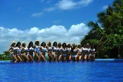 CANCUN, МЕКСИКА - 5-ОЕ МАЯ: Модели представляют краем бассейна для белого проекта футболки Стоковое Изображение