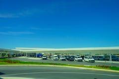CANCUN, МЕКСИКА - 10-ОЕ ЯНВАРЯ 2018: Красивый внешний взгляд много автомобилей припарковал в стояночной площадке на входе Cancun Стоковое Изображение RF