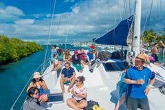 CANCUN, МЕКСИКА - 10-ОЕ ЯНВАРЯ 2018: Неопознанные люди наслаждаясь взглядом Isla Mujeres, остров в Стоковое Фото