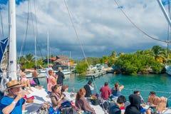 CANCUN, МЕКСИКА - 10-ОЕ ЯНВАРЯ 2018: Неопознанные люди наслаждаясь взглядом Isla Mujeres, остров в Стоковая Фотография