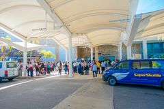 CANCUN, МЕКСИКА - 10-ОЕ ЯНВАРЯ 2018: Неопознанные люди на входе международного аэропорта Cancun, Мексики Стоковые Изображения RF