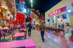 CANCUN, МЕКСИКА - 10-ОЕ ЯНВАРЯ 2018: Неопознанные люди на outdoors идти и наслаждаться ночной жизнью в центре внутри Стоковые Фото