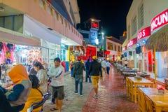 CANCUN, МЕКСИКА - 10-ОЕ ЯНВАРЯ 2018: Неопознанные люди на outdoors идти и наслаждаться ночной жизнью в центре внутри Стоковое Фото