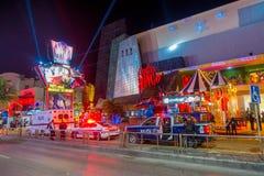 CANCUN, МЕКСИКА - 10-ОЕ ЯНВАРЯ 2018: Неопознанные люди на outdoors идти и 2 полицейской машины и одна машина скорой помощи на Стоковая Фотография RF