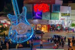 CANCUN, МЕКСИКА - 10-ОЕ ЯНВАРЯ 2018: Неопознанные люди на outdoors Hard Rock Cafe в Cancun на форуме центризуют внутри Стоковые Фото