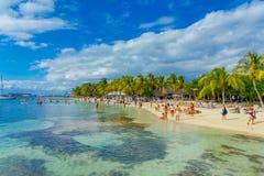 CANCUN, МЕКСИКА - 10-ОЕ ЯНВАРЯ 2018: Неопознанные люди плавая в mujeres красивых карибских isla пляжа с чистым Стоковое Фото
